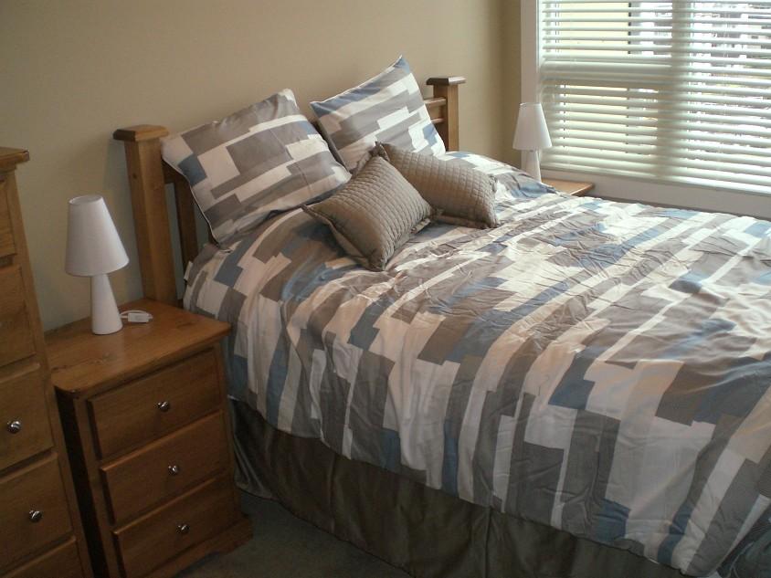 2 queen beds. Premium bedding. Picture