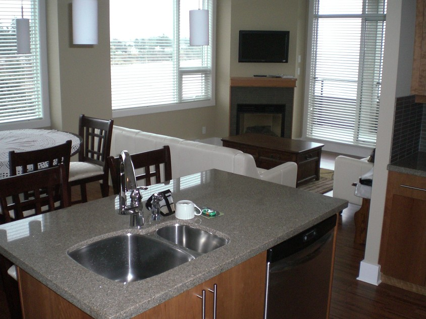 2-Bedroom Suite with ocean views. Confortable lounge and dinning. Full kitchen. Picture